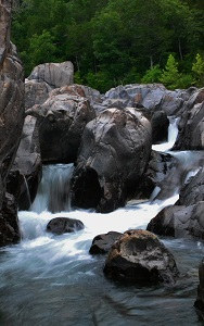 water flowing through the large rocks
