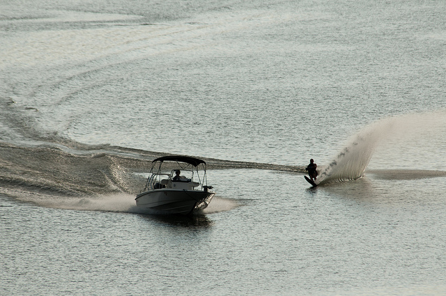 a boat pulling a skier on the lake